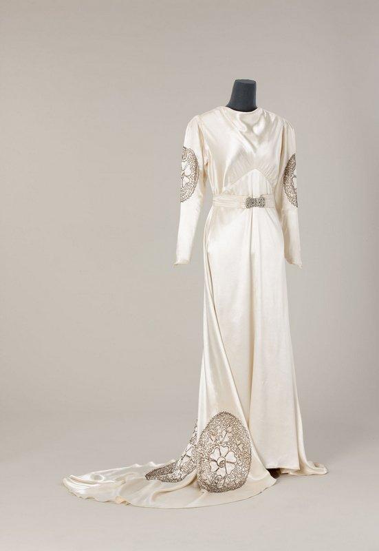 Brautkleid 1938 Kunstseidenkrepp, Maschinenstickerei © Münchner Stadtmuseum