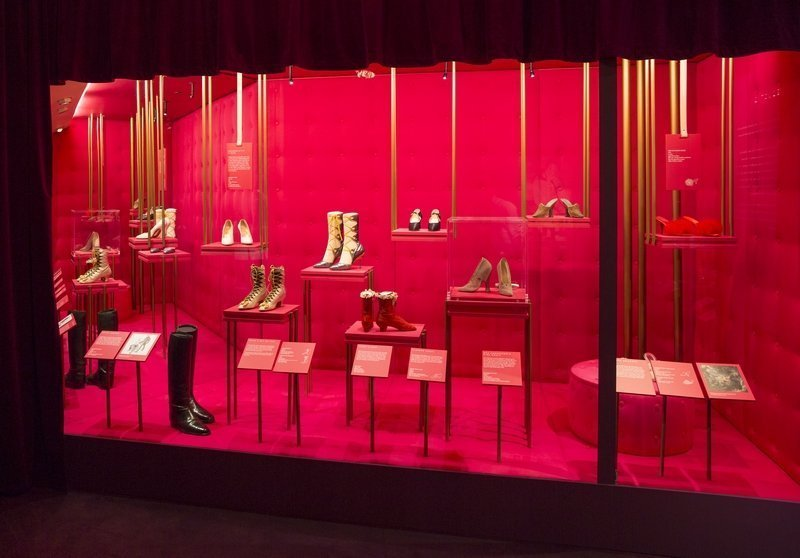 Ausstellungsansicht 'Shoes: Pleasure and Pain ' © Victoria and Albert Museum, London