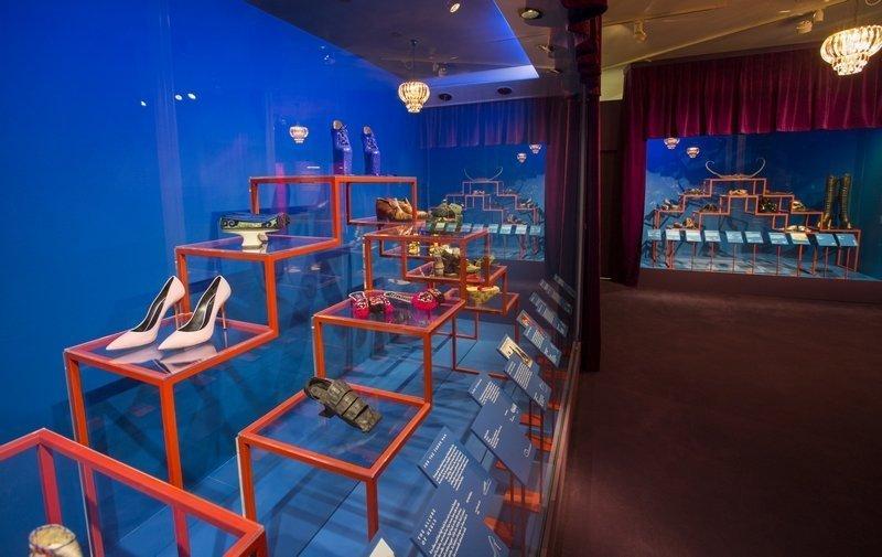 Ausstellungsansicht 'Shoes: Pleasure and Pain' © Victoria and Albert Museum, London