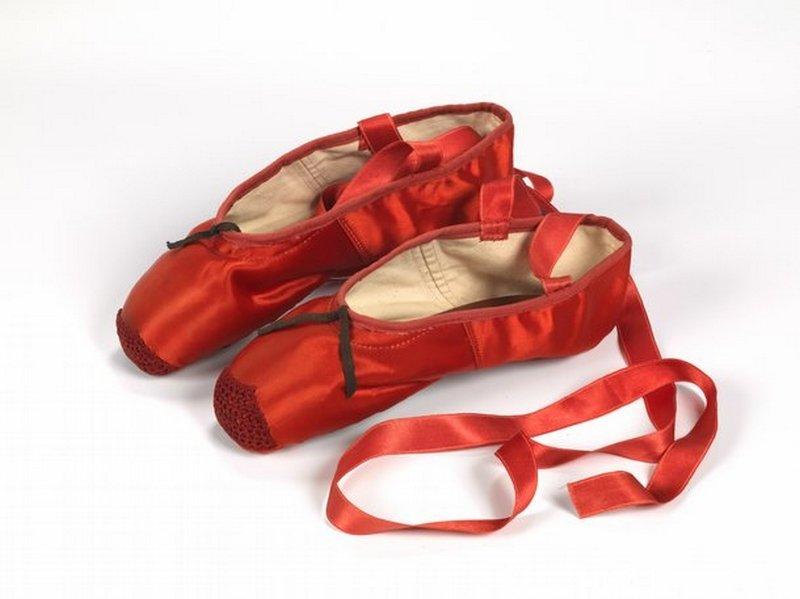 Rote Ballettschuhe für die Schauspielerin Moira Shearer in dem Film 'The Red Shoes' (1948) Seidensatin, Leder, 1948 Freed of London (founded in 1929) Foto-Reproduktion mit freundlicher Erlaubnis des Northampton Museums and Art Gallery