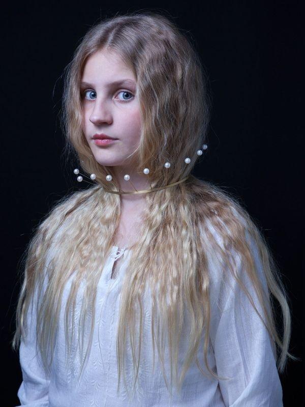 Amelie trägt einen Perlenreif von Kerstin Mayer Foto: René Arnold
