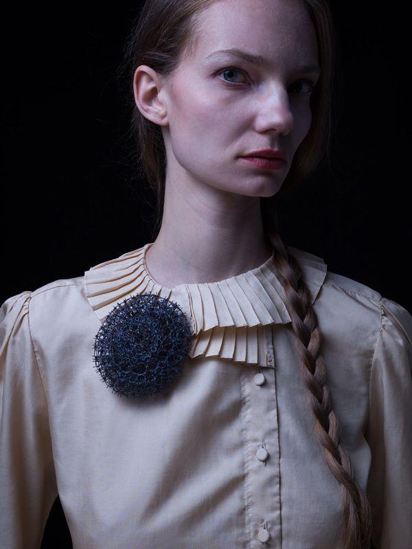 Katrin trägt eine Brosche von Bettina Dittlmann Foto: René Arnold