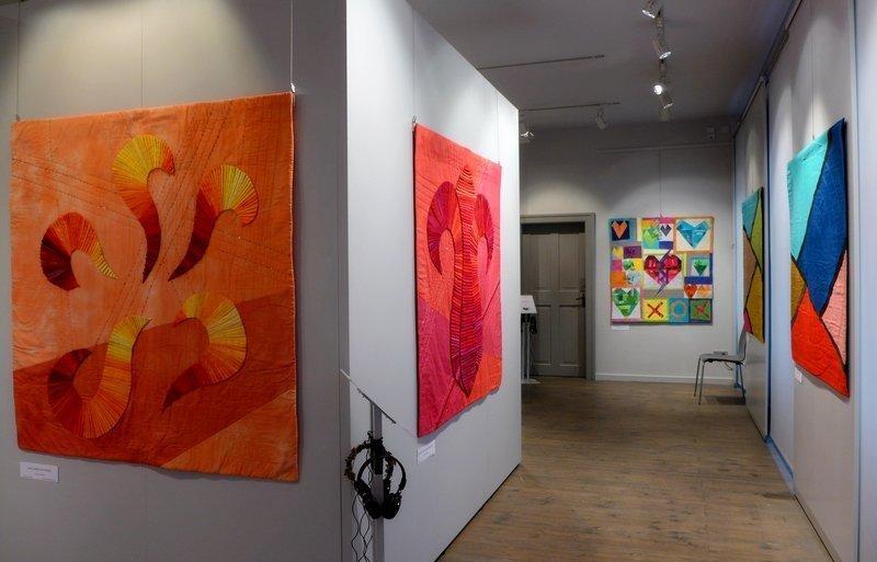 Blick in die Ausstellung 'Musik trifft Stoff' der Network Quilters (hier bei den Patchworktagen 2015) Foto: Gudrun Heinz