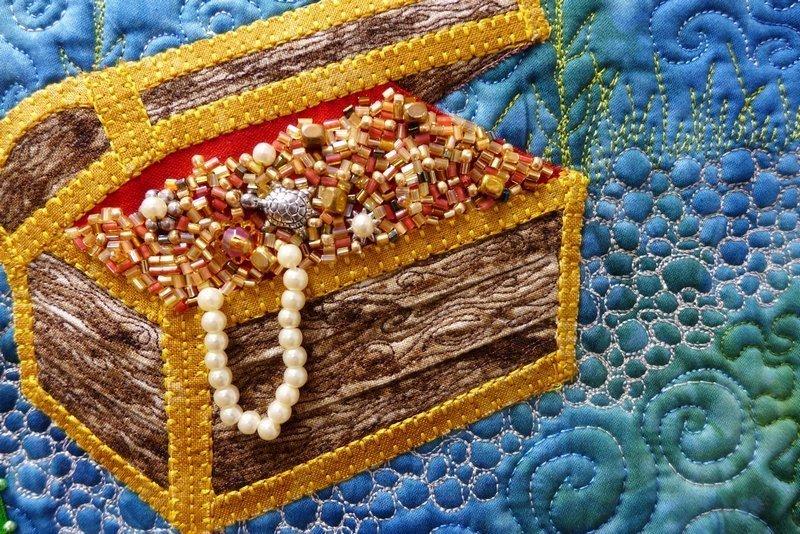Kerstin Presser: Reise einer Perle, Detail Ausstellung 'Perlen' der Patchwork Gilde Deutschland e.V. (hier bei den Patchworktagen 2015) Foto: Gudrun Heinz