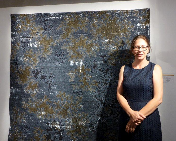 Urte Hanke (D) neben ihrer preisgekrönten Arbeit 'Struktur und Raum 4', Detail 178 x 181 cm