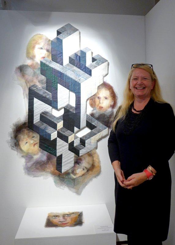 Susanne Klinke (D) neben ihrer preisgekrönten Arbeit 'Luftschloss' 145 x 95 cm