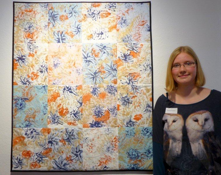 Die 16-Jährige Theresa Russow (D) beeindruckte die Jury durch ihre Hingabe und Kreativität, die ihrer Arbeit 'Schatten von Blumen' (115 x 95 cm) zum Ausdruck kommt.