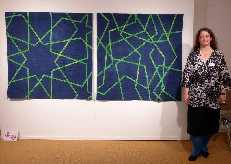 Randa Stewner (D) neben ihrem Quilt 'Iranische Linien I & II' 130 x 270 cm
