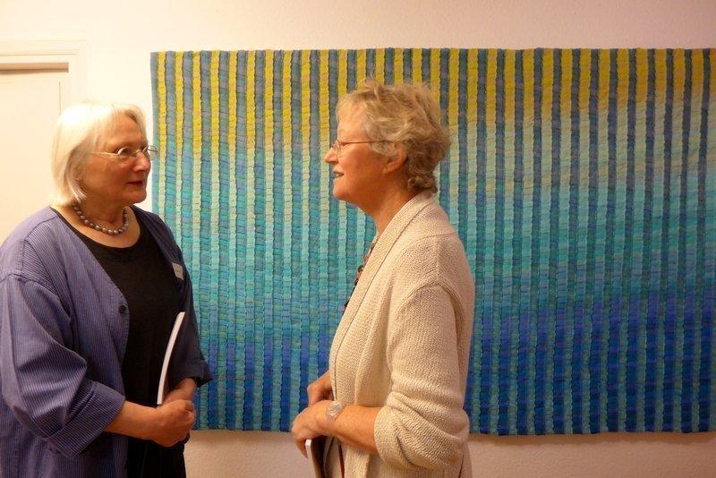 Rosa Dames (D) und Inge Hueber (D) vor Inge Huebers Arbeit 'Seelandschaft', Detail, 130 x 200 cm