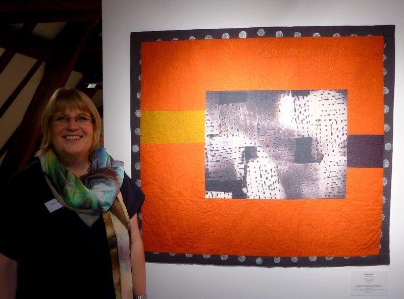Gail Parker (UK) neben ihrer Arbeit 'Zeitraffer', 94 x 104 cm