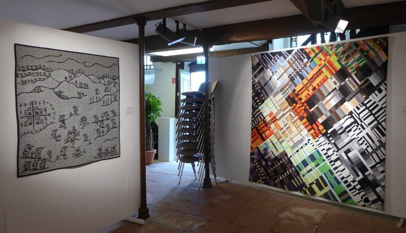 Sandy Snowden (UK): Baufällige Dörfer, 109 x 110 cm (li)  Ruth Bosshart-Rohrbach (CH): Farbenlabyrinth, 198 x 198 cm