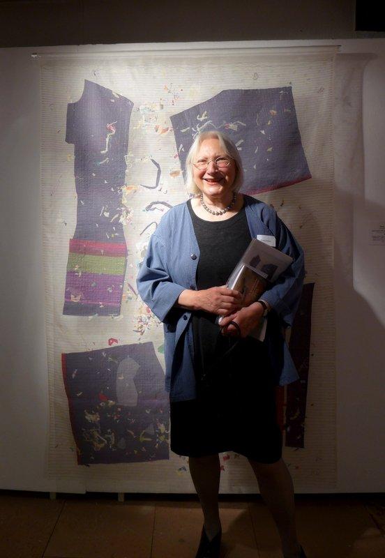 Rosa Dames (D) mit ihrer Arbeit 'Abschied mit kleinen Stichen', Detail, 192 x 130 cm