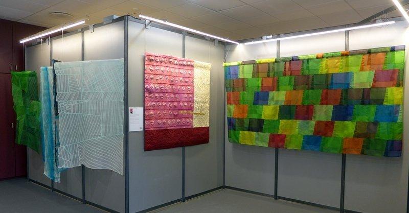 Mercè González: Vi Blanc des Penedés (re) Cecilia González: Ceba Dolca (Mitte) Mercè González: Aigua De La Garrotxa (li) Ausstellung 'Tast textil' 21. Europäisches Patchwork Meeting 2015