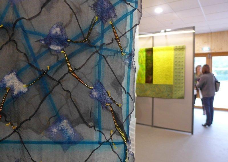 Mercè González: Aigua De La Garrotxa, Detail (li) Cecilia González: Carbassó, Detail (re) Ausstellung 'Tast textil' 21. Europäisches Patchwork Meeting 2015