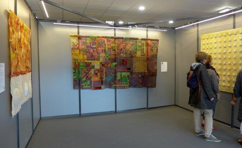 Mercè González: Ratafia D'Olot (Mitte) Cecilia González: Xirivida, Detail (re) Ausstellung 'Tast textil' 21. Europäisches Patchwork Meeting 2015