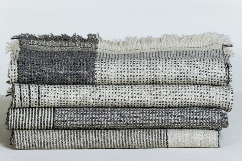 Katja Stelz: 'sehr feine Decke/Tuch', Variationen 2015, Kammgarn, Leinen, Alpaca, Handweberei, ca.130 x 210 cm Foto: Max Reinhard