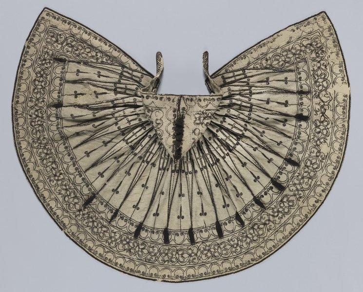 Bestickter Mantel mit Kapuze um 1580/1620, Obermaterial aus Wolle, weiss, Stickerei aus Wolle, dunkelbraun Germanisches Nationalmuseum, Nürnberg