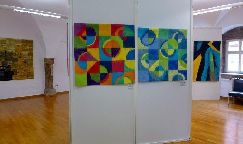 Gemeinsame Ausstellung von Tina Mast (Arbeiten vorn Mitte) und Heike Dressler (Arbeiten im Hintergrund li und re) bei den Patchworktagen 2015 in Dinkelsbühl Foto: Gudrun Heinz