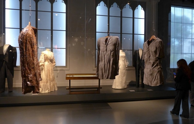 Esther Glück: Shaping Shirts 1 - 3 Ausstellung KUNST   STOFF