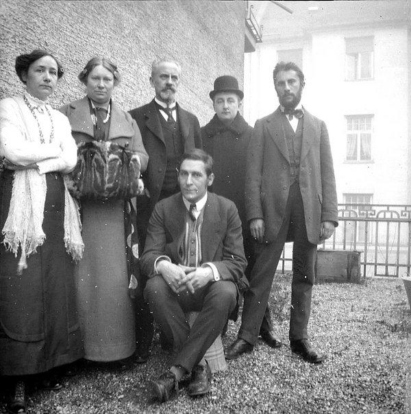 Mitglieder des 'Blauen Reiter' auf dem Balkon der Ainmillerstrasse 36, München, 1911 Fotografiert von: Wassily Kandinsky Foto: Gabriele Münter- und Johannes Eichner-Stiftung, München