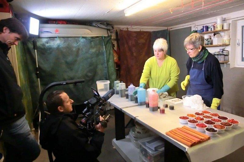 Heike Dressler (li) und Tina Mast demonstrieren, wie sie Stoffe faärben Foto freundlicherweise von Tina Mast zur Verfügung gestellt