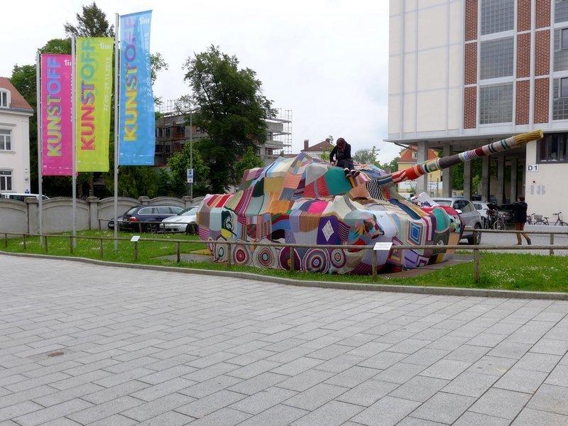Louisen Kombi Naht: Attacke! Auf ins Geflecht! Ausstellung KUNST | STOFF