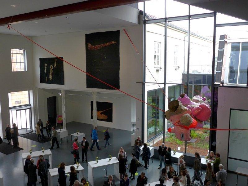 Blick ins Foyer des tim Ausstellung KUNST | STOFF