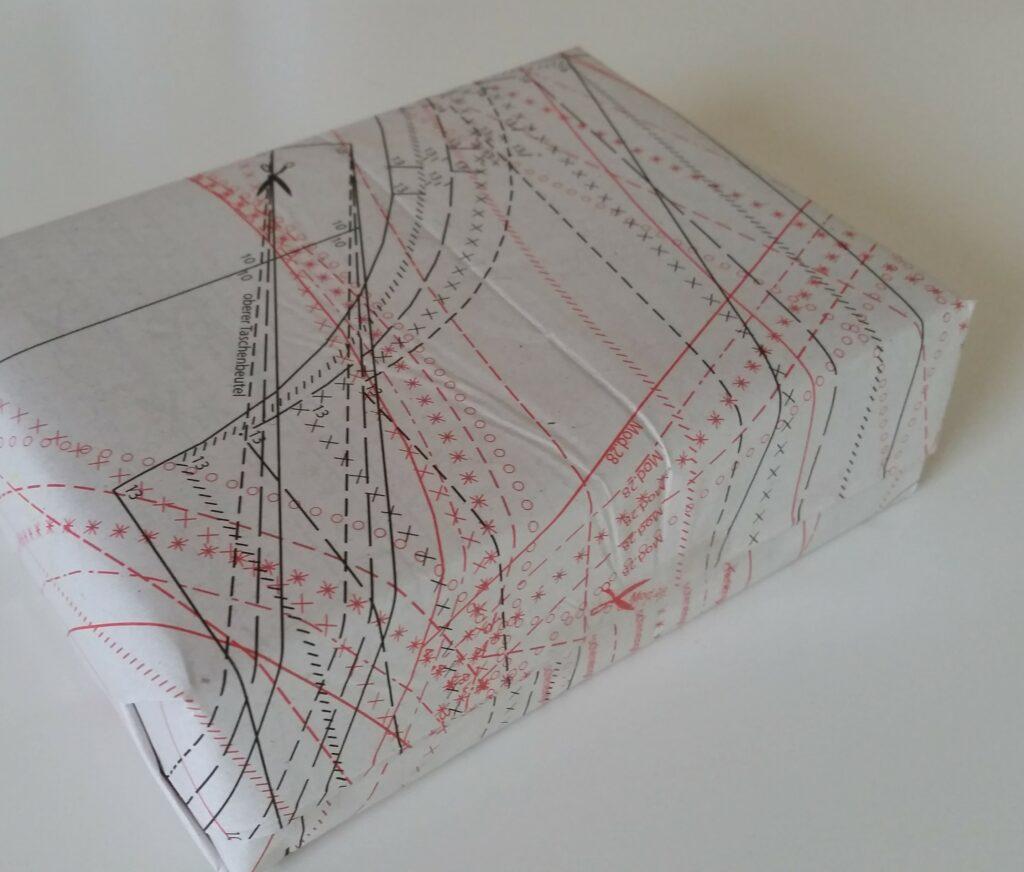 Geschenk in Schnittmuster-Papier
