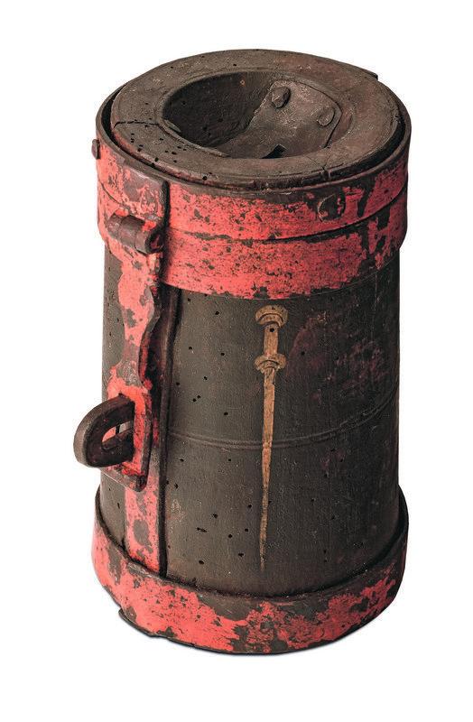 Almosenbüchse Basel, 1. Viertel 16. Jh. Nadelholz, Temperamalerei, Eisenbeschläge, H: 18,8 cm, Durchmesser: 11,8 cm © Basel, HMB – Historisches Museum Basel