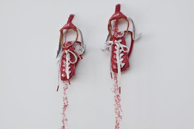 Kaoru Hirano: untitled red NIKE, 2009 Foto: Katsuhiro Saiki