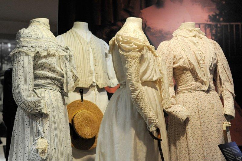 Eng geschnürte Kleider im Sans-Ventre-Stil in der Ausstellung Foto: Jürgen Hoffmann © LVR-Industriemuseum