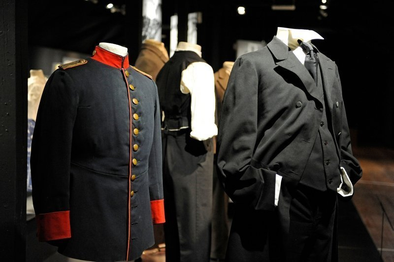 Herrenkleidung aus den ersten Jahrzehnten des 20. Jahrhunderts in der Ausstellung Foto: Jürgen Hoffmann © LVR-Industriemuseum
