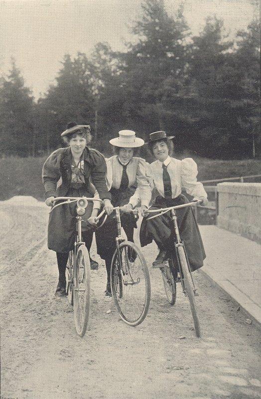 Drei Radfahrerinnen, Anfang des 20. Jahrhunderts Ab Ende des 19. Jahrhunderts erfreute sich das Fahrrad bei beiden Geschlechtern wachsender Beliebtheit, allerdings mussten Frauen dafür andere Kleidung anziehen. Als untauglich erwiesen sich das Korsett, da es die Atmung einschnürte, und vor allem der lange Rock. © LVR-Industriemuseum