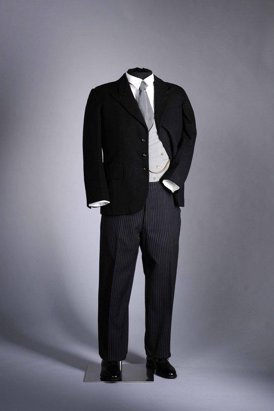 Eleganter Herrenanzug, als 'Stresemann' bezeichnet, 1920er Jahre Den Anzug, bestehend aus einem schwarzen Jackett, Weste und grau-schwarzgestreifter Hose, nannte man in den 1920er Jahren nach dem deutschen Politiker und Staatsmann Gustav Stresemann. © LVR-Industriemuseum