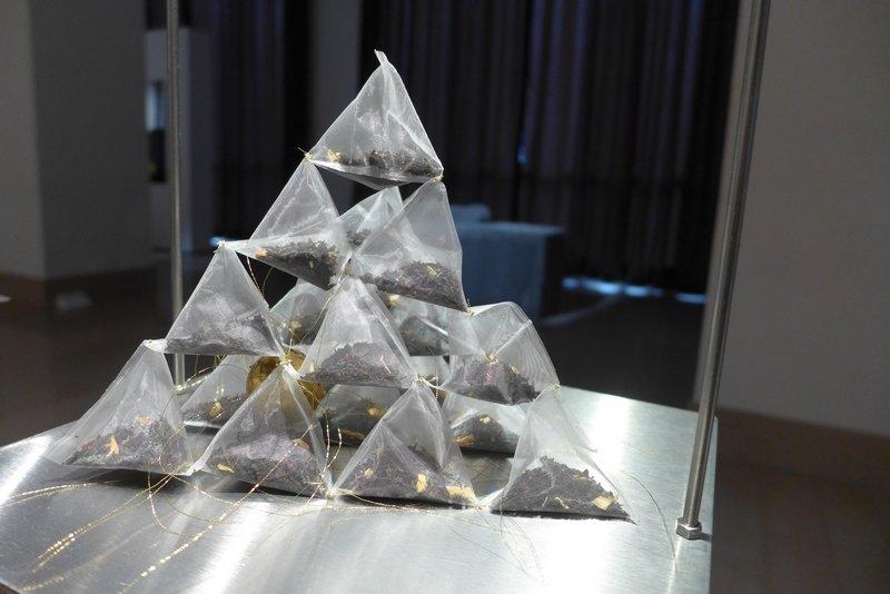 Mirjam Pet-Jacobs (NL): Cuppa d'oro 3 Teebeutel, Goldfaden, Blattgold Miniartextil 2016