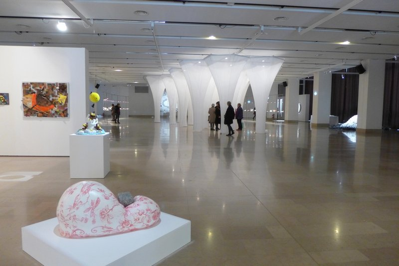 Corine Borgnet: Bourgoisie (li vorn) Blick in die Ausstellung 'Miniartextil 2016'
