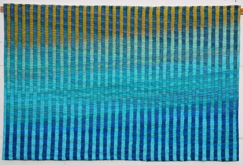 Inge Hueber: Seelandschaft, 2015 Selbstgefärbte Baumwolle, Seminole Technik Foto: Textilsammlung Berg, Kurpfälzisches Museum, freundlicherweise vom Textilmuseum St. Gallen zur Verfügung gestellt