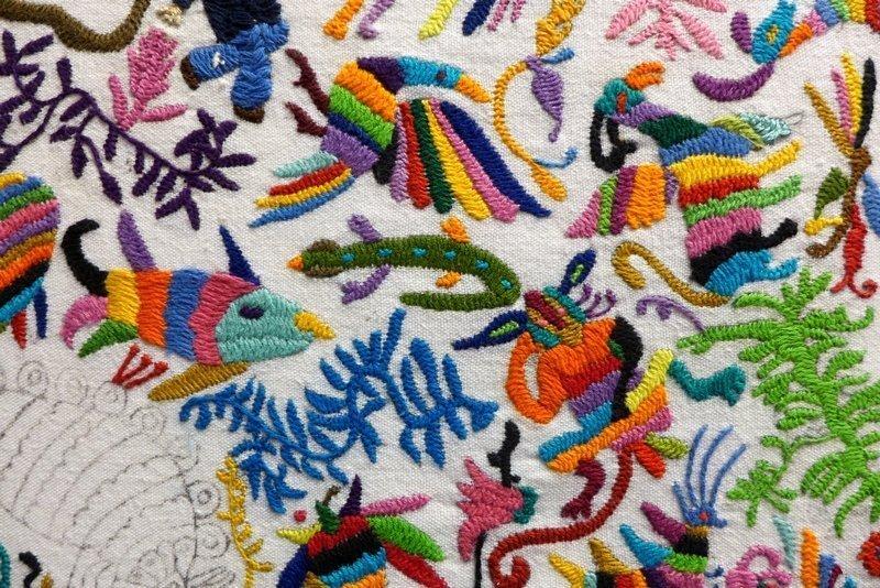 Blick in die Ausstellung 'Weg nach Tenango' handgestickte Illustrationen des Buches 'Camino a Tenango', Detail Gimena Romero (Mexiko) l'aiguille en fête 2016