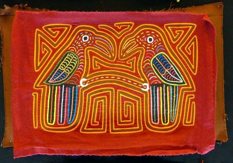 Blick in die Ausstellung von Mola-Arbeiten, Detail Kuna-Indianer (San Blas, Panama) Zusammenstellung aus den Sammlungen von JL. Baconnier, R. Aknin, M. Simmons, M. De Leon l'aiguille en fête 2016
