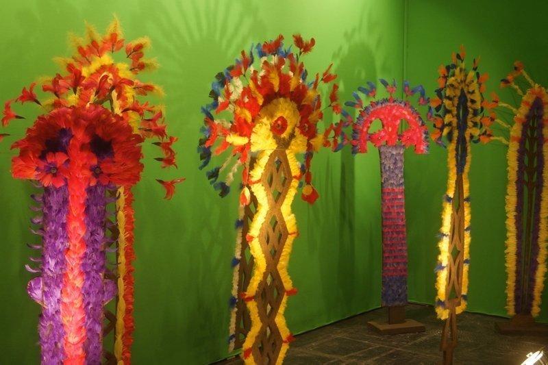 Blick in die Ausstellung 'Arbres à plumes', Detail Chica Boyriven (Brasilien/Frankreich) l'aiguille en fête 2016