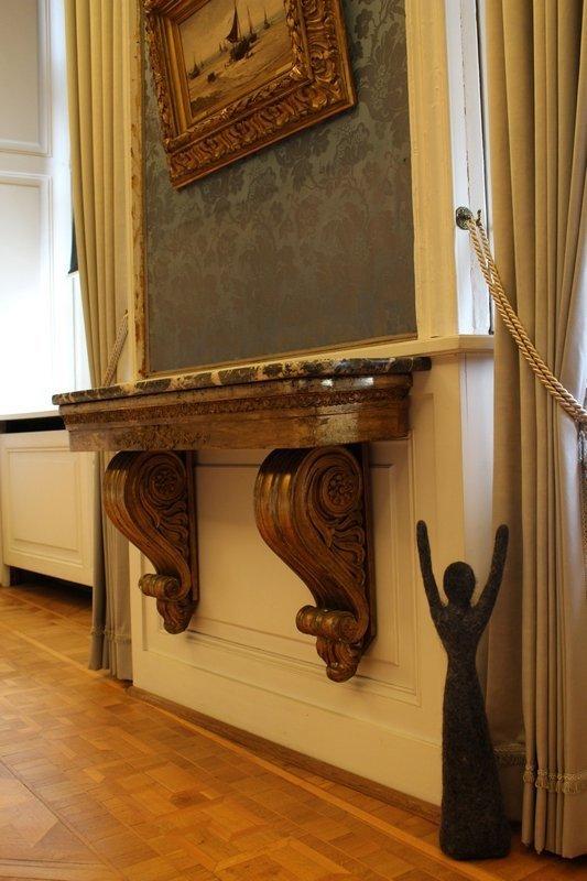 Birgit Reinken: Mamsellchen © Birgit Reinken Birgit Reinken lenkt von der höfischen Pracht des Oldenburger Schlosses das Augenmerk auf das Einfache, Bescheidene und Unscheinbare. Sie widmet sich den Stellen im Schlosskomplex, die sonst wenig wahrgenommen werden. Ihre kleinen 'Mamsellchen' aus Filz bevölkern diese Bereiche. Sie gruppieren sich an den Stellen, an denen sich eventuell Wollmäuse bilden könnten, wo der Fussboden abschüssig ist oder wo Ausbesserungsarbeiten anstehen. Auch Birgit Reinkens Installation im Bockhorner Laden im zweiten Obergeschoss rückt den Alltag in den Fokus. Sie fragt danach, was in einem solchen Tante‐Emma‐Laden oder auch in anderen Geschäften an Zwischenmenschlichem neben den Waren über die Theke geht.