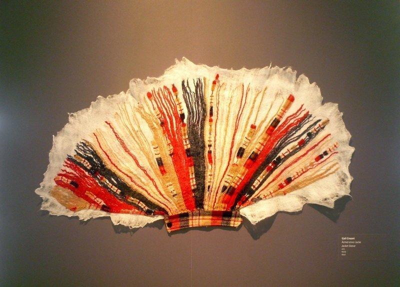 Cnaani Gali: Ärmel einer Jacke 2011, Wolle, 70 x 120 cm Ausstellung 'Textile Erinnerungen / Remembering Textiles' Foto: Ursula Brenner
