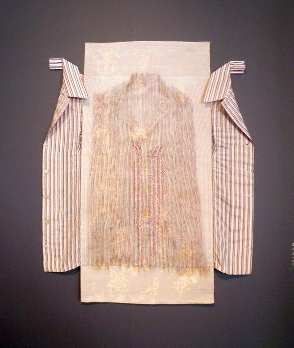 Cnaani Gali: Gestreiftes Hemd 2013, Baumwolle, Kupferfäden, Polyester, 70 x 85 cm Ausstellung 'Textile Erinnerungen / Remembering Textiles' Foto: Ursula Brenner