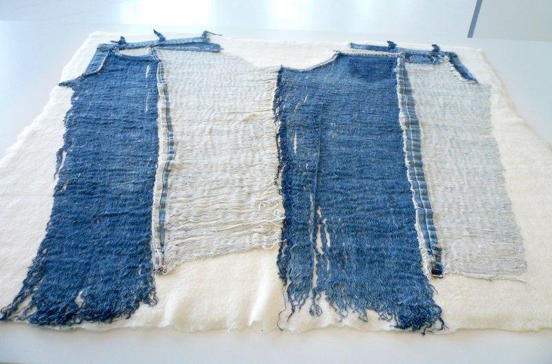 Cnaani Gali: Jeans 2013, Wolle, Baumwolle, 120 x 120 cm Ausstellung 'Textile Erinnerungen / Remembering Textiles' Foto: Ursula Brenner