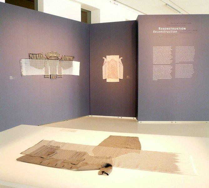 """""""Rekonstruktion"""" Cnaani Gali: Schwarz-weiße Jacke, 2013, Baumwolle, Nylon, Viskose, 85 x 125 cm Ausstellung 'Textile Erinnerungen / Remembering Textiles' Foto: Ursula Brenner"""