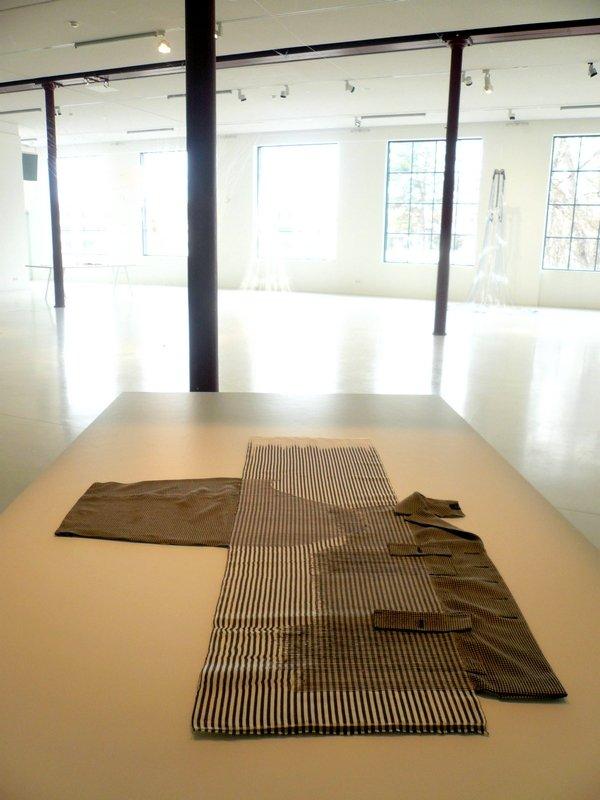 Cnaani Gali: Schwarz-weiße Jacke, Detail Ausstellung 'Textile Erinnerungen / Remembering Textiles' Foto: Ursula Brenner