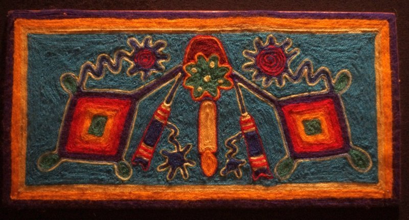 Blick in die Ausstellung 'Huichol' Wollfäden auf Sperrholz, Collage, Mexiko Sammlungen von J.-C. Percheron und A. u. S. Breton l'aiguille en fête 2016