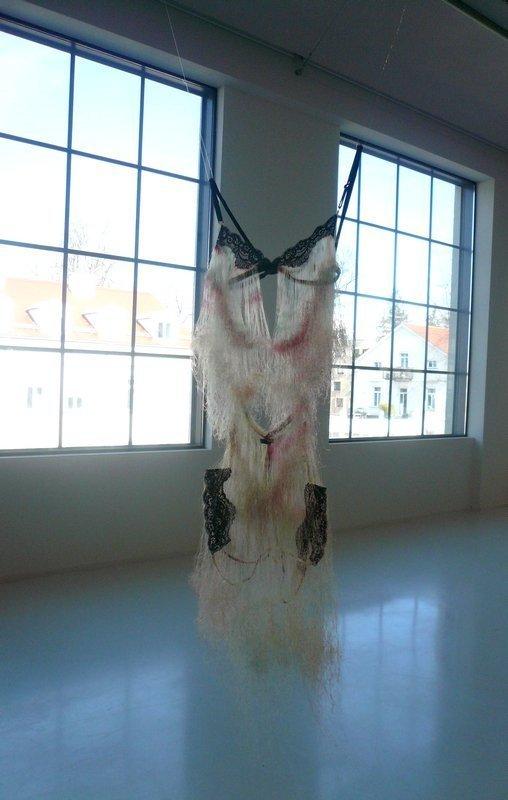 """Hirano Kaoru: ohne Titel / """"Dessous"""" 2008, Größe variabel Ausstellung 'Textile Erinnerungen / Remembering Textiles' Foto: Ursula Brenner"""