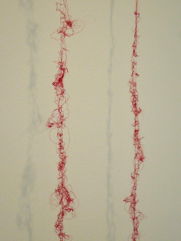 """Hirano Kaoru: ohne Titel / """"rote Nike"""" Turnschuhe, Detail Ausstellung 'Textile Erinnerungen / Remembering Textiles' Foto: Ursula Brenner"""