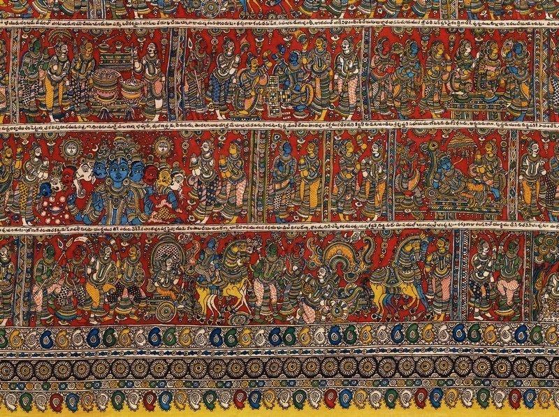 Kalamkari. Tempeltuch aus Srikalahasti, Andhra Pradesh, 1985 (Ausschnitt), Inv.-Nr.: 22574. Künstler: Rambhoji Naik. Dieses monumentale Tuch, das 4.5 x 9 m misst, ist dem in indischer Vorzeit spielenden Epos Mahabharata gewidmet. Der schiere Reichtum dieser Geschichtenwelt – in achtzehn Büchern liegen hunderttausend Verse vor – ist hier in detailreichen szenischen Darstellungen in gegen 200 einzelne Panels gefasst, die um ein zentrales Grossbild angelegt sind. Foto: Völkerkundemuseum der Universität Zürich